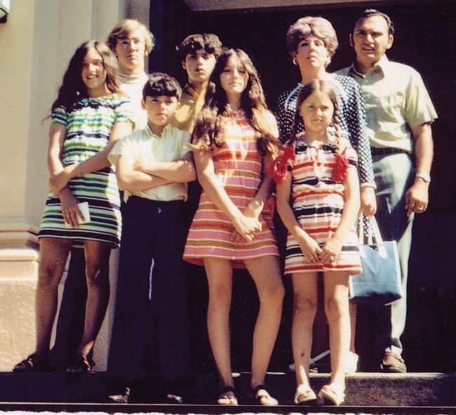 madonna-centre-in-1970-with-from-left-sister-paula-uncle-chris-brothers-christopher-and-marty-sister-melanie-stepmother-joan-and-father-silvio