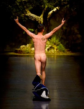 streaker-alert!-at-dolce-gabbana_GB